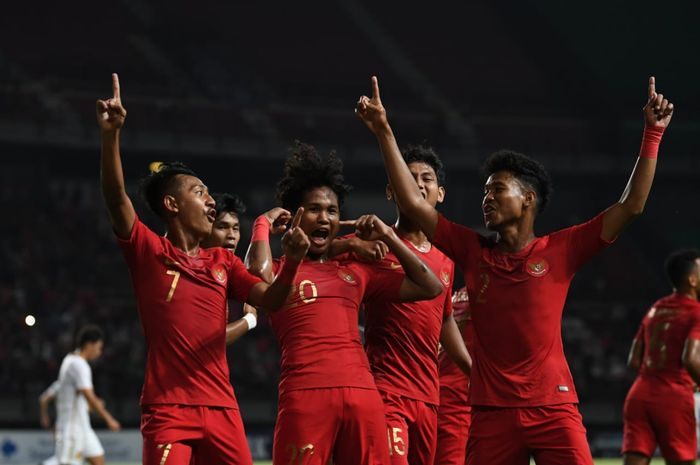 Pemain timnas U-19 Indonesia merayakan gol yang dicetak ke gawang timnas U-19 China dalam laga uji coba di Stadion Gelora Bung Tomo, Surabaya, Kamis (17/10/2019).