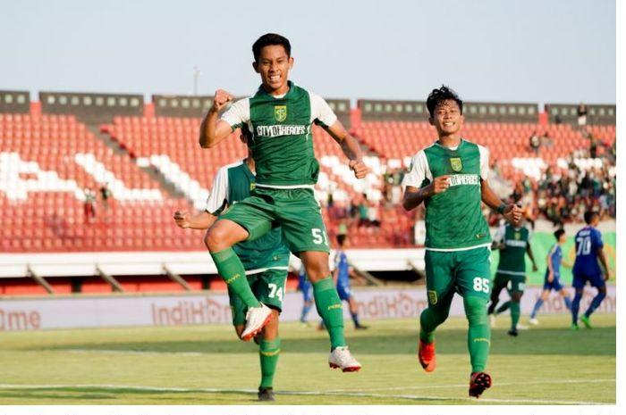 Perayaan gol Zulfikar Akhmad Medianar Arifin setelah membuat Persebaya U-20 unggul atas PSIS Semarang U-20 di Stadion Kapten I Wayan Dipta, Gianyar, dalam partai Semifinal Elite Pro Academy U-20.