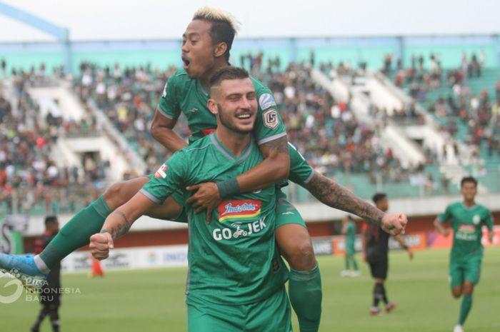 Pemain PSS Sleman, Hari Yudo dan Yevhen Bohkashvili, merayakan gol kemenangan melawan Kalteng Putra, Jumat (18/10/2019).