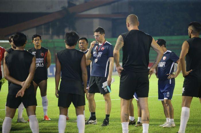 Pelatih PSM Makassar, Darije Kalezic (tengah), memimpin latihan tim Juku Eja di Stadion Mattoangin sebagai persiapan menghadapi Persija Jakarta pada Minggu (20/10/2019).