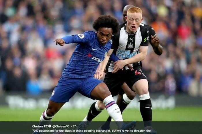 Winger Chelsea, Willian, terlibat perebutan bola dengan pemain Newcastle United, Matthew Longstaff, pada pertandingan babak I pekan ke-9 di Stadion Stamford Bridge, Sabtu (19/10/2019).