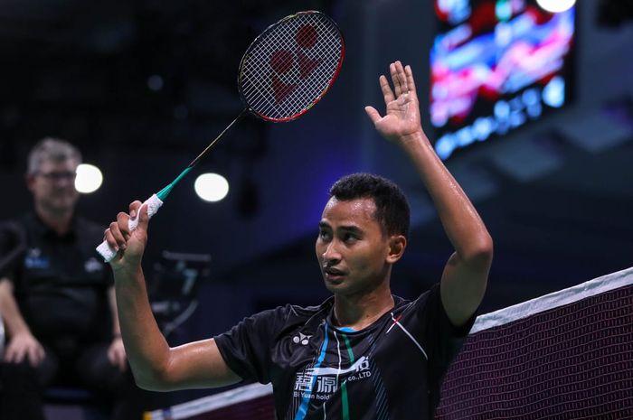 Pebulu tangkis tunggal putra Indonesia, Tommy Sugiarto, memberi salam setelah memastikan diri ke semifinal Denmark Open 2019 di Odense Sportspark, Jumat (18/10/2019).