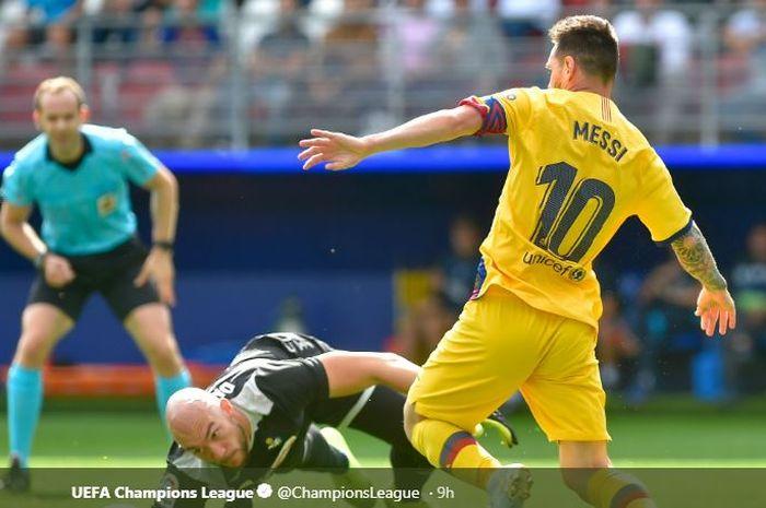 Megabintang Barcelona, Lionel Messi (kanan), beraksi dalam laga Liga Spanyol melawan Eibar di Stadion Municipal de Ipurua, Sabtu (19/10/2019).