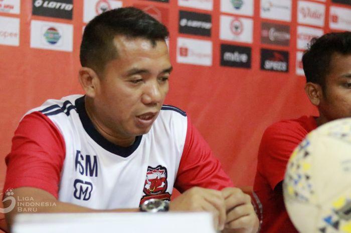 Pelatih Madura United, Rasiman, saat memberikan pernyataan dalam jumpa pers.