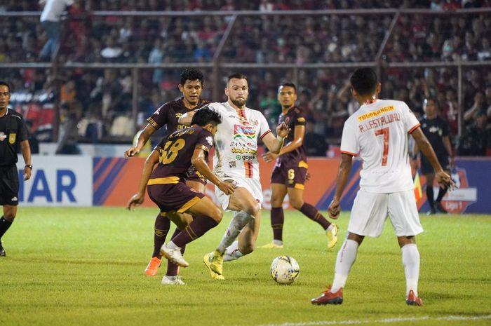 Penyerang Persija Jakarta, Marko Simic, dikawal dengan ketat oleh dua pemain PSM Makassar, Rizky Pellu dan M Arfan