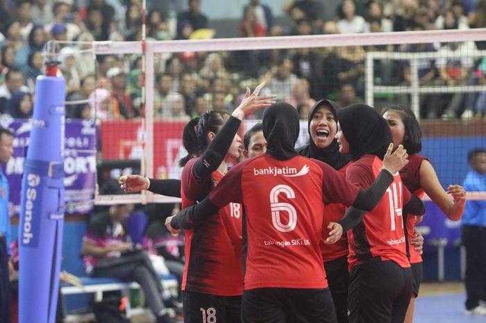Selebrasi tim putri Bank Jatim Surabaya pada babak final Livoli Divisi Utama di GOR Dimyati, Tangerang, Banten, Minggu (20/10/2019).
