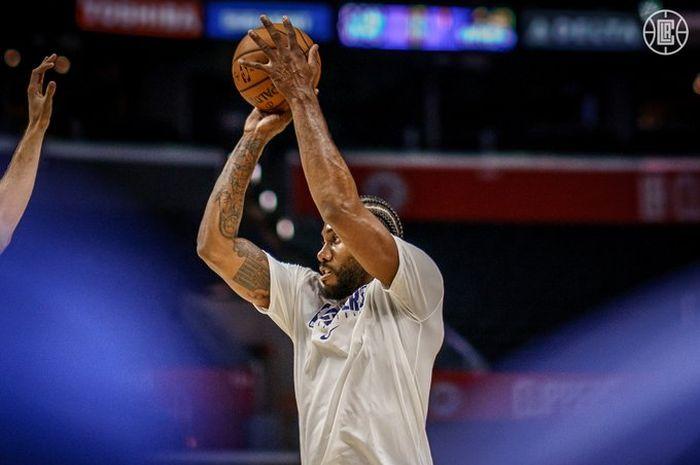 Pemain Los Angeles Clippers, Kawhi Leonard melakukan pemanasan jelang laga pramusim NBA 2019-2020.