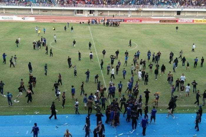 Kericuhan suporter mewarnai laga PSIM Yogyakarta vs Persis Solo di Stadion Mandala Krida dalam partai terakhir Grup Timur Liga 2 2019, Senin (21/10/2019).