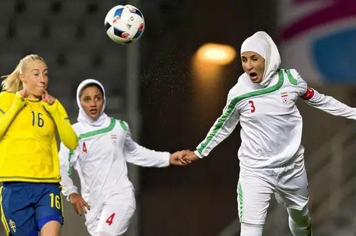 Ilustrasi sepak bola wanita berhijab