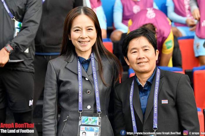 Manajer timnas wanita Thailand Nualpan Lamsam bersama pelatih timnas putri Thailand Nuengruethai Sathongwien saat Piala Dunia Wanita 2019.