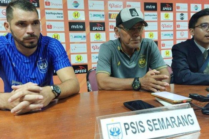 Bambang Nurdiansyah (Tengah) dan Wallace Costa Alves (Kiri) saat menghadiri sesi jumpa pers.