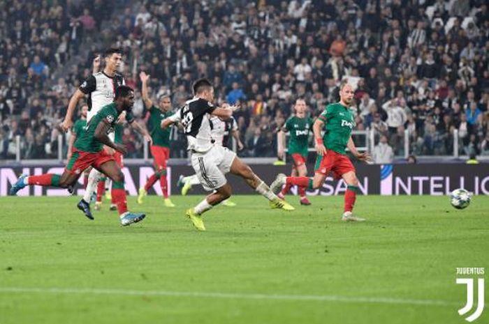 Penyerang Juventus, Paulo Dybala, melepaskan tendangan kaki kiri dalam laga Grup D Liga Champions melawan Lokomotiv Moskva di Juventus Stadium, Selasa (22/10/2019).