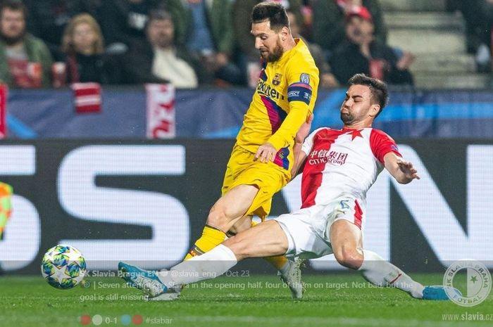 Lionel Messi (kiri) dihadang oleh bek Slavia Praha, David Hovorka dalam pertandingan lanjutan babak grup Liga Champions Kamis (24/10) lalu.