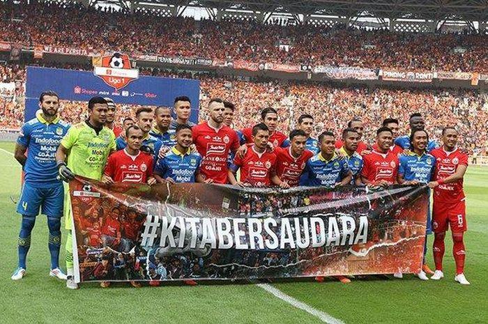 Pemain Persib Bandung dan Persija Jakarta berfoto bersama sebelum pertandingan lanjutan Liga 1 2019 di Stadion Gelora Utama Bung Karno, Jakarta, Rabu (10/7/2019).