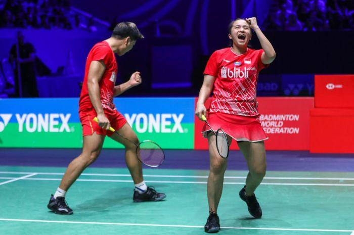 Pasangan ganda campuran Indonesia, Praveen Jordan/Melati Daeva Oktavianti, bereaksi saat memastikan diri ke babak final French Open 2019 di Stade Pierre de Coubertin, Paris, Prancis, Sabtu (26/10/2019).