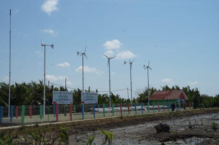Kincir angin dan panel surya yang membantu menerangi dusun Bondan.