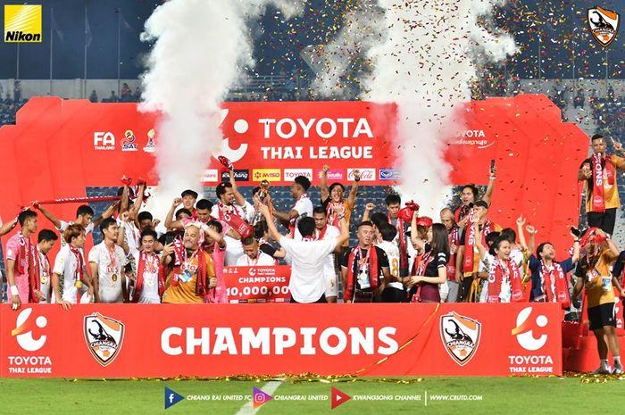 Selebrasi juara Chiangrai United seusai mengalahkan tuan rumah Suphanburi, mereka menjuarai Liga Thailand 1 2019 di Stadion Provinsi Suphanburi, 26 Oktober 2019.