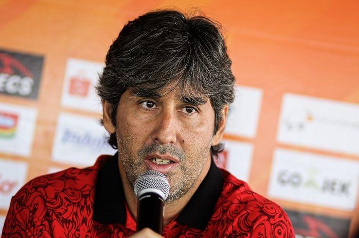 Pelatih Bali United, Stefano Cugurra alias Teco saat memberikan keterangan pers, Sabtu (26/10/2019), sebelum menjamu Barito Putera.