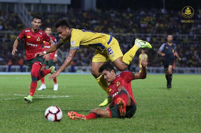 Aksi pemain sayap asal Indonesia, Saddil Ramdani (atas) saat membela Pahang FA yang menjamu Kedah FA pada semifinal kedua Piala Malaysia 2019 di Stadion Darul Makmur, Kuantan, 26 Oktober 2019.