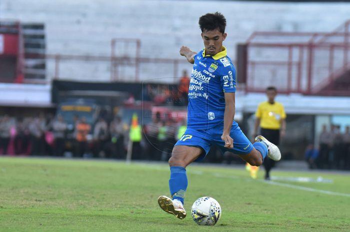 Bek sayap Persib Bandung, Zalnando, saat membela timnya melawan Persija Jakarta pada pekan ke-25 Liga 1 2019 di Stadion Kapten I Wayan Dipta, Bali, Senin (28/10/2019).