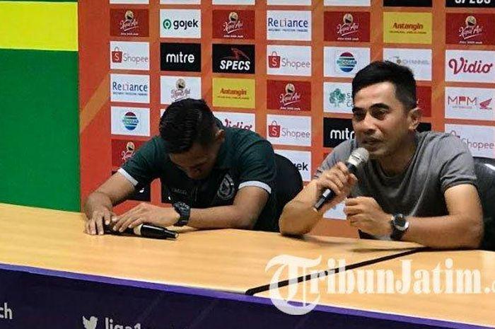 Pemain PSS Sleman, Asyraq Gufron (kiri), terlihat tertunduk sedih pascatimnya mengalahkan Persebaya Surabaya dengan skor 3-2 di Stadion Gelora Bung Tomo, Kota Surabaya pada Selasa (29/10/2019).