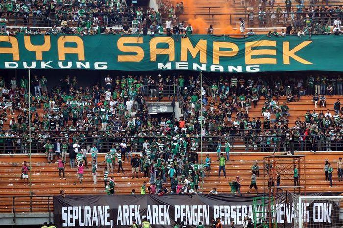 Suporter Persebaya Surabaya, Bonek Mania, yang berada di tribune utara mulai meninggalkan stadion setelah timnya kalah 1-3 pada babak pertama.
