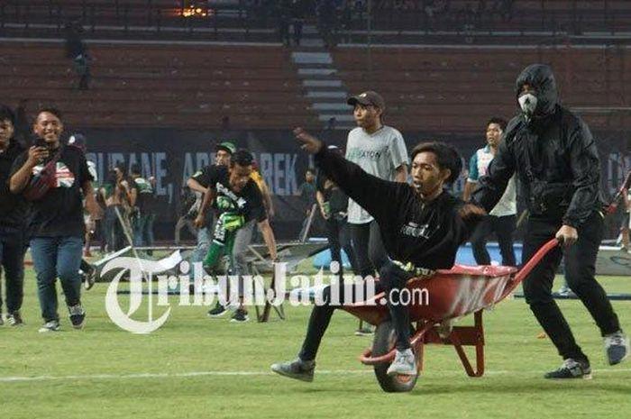 Suporter Persebaya Surabaya, Bonek, memasuki lapangan dan merusak sejumlah fasilitas stadion usai timnya kalah dari PSS Sleman dengan skor 2-3 pada pekan ke-25 Liga 1 2019.
