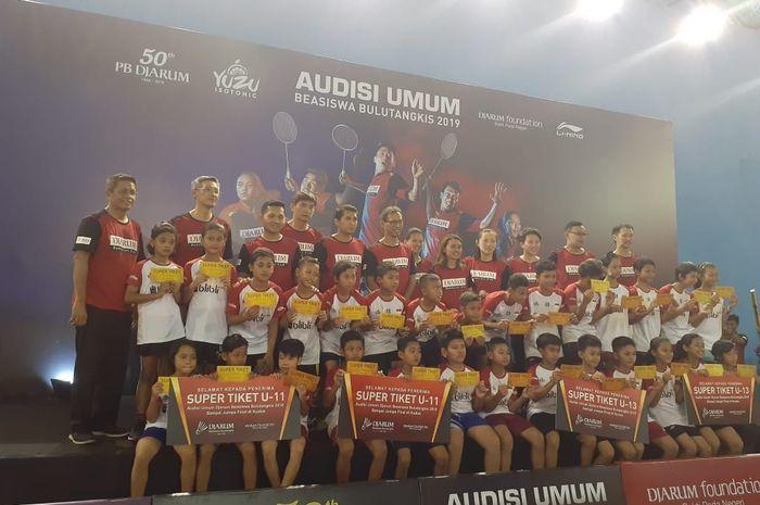 Skuad Tim Pencari Bakat dan para peserta peraih Super Tiket pada Audisi Umum 2019 edisi Solo Raya yang dihelat di GOR. RM. Said, Karanganyar, Jawa Tengah, Selasa (29/10/2019).