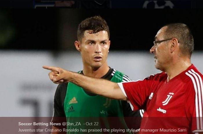 Maurizio Sarri memberikan instruksi kepada Cristiano Ronaldo.