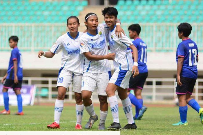 Para pemain Persib Putri merayakan gol dalam partai Liga 1 Putri 2019.