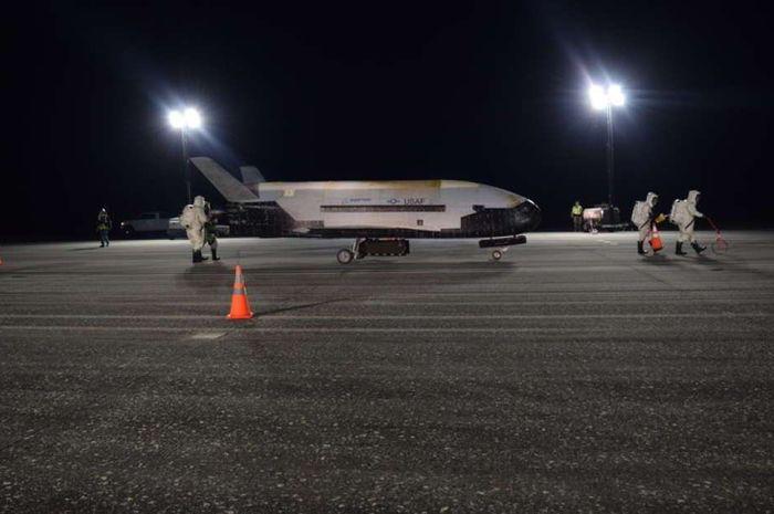 Uji coba pesawat X-37B berhasil mendarat di NASA Kennedy.