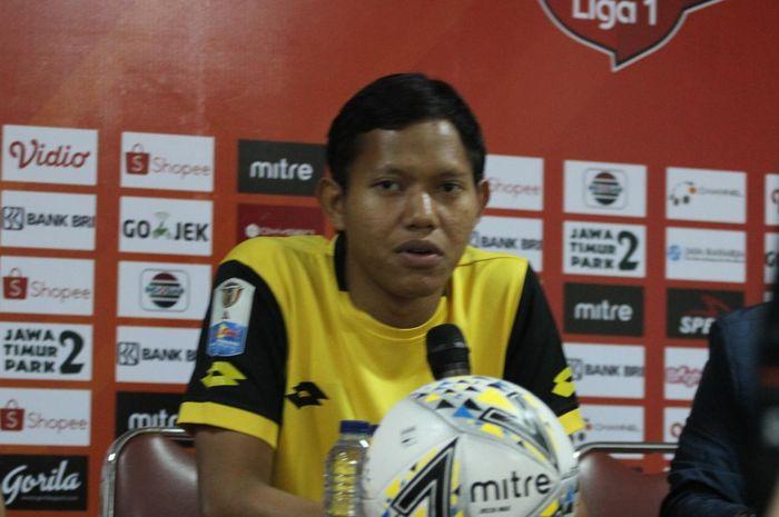Pemain Bhayangkara FC, Adam Alis saat memberikan keterangan pers, Jumat (1/11/2019).