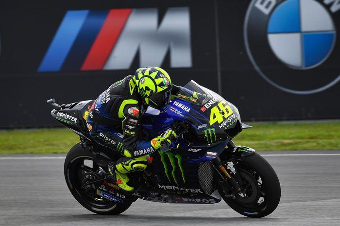 Pembalap Monster Energy Yamaha, Valentino Rossi, saat menjalani sesi latihan bebas MotoGP Malaysia di Sirkuit Sepang, Malaysia