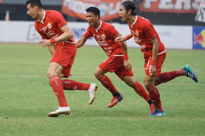 Bek Asing Persija, Alexandre Luiz Reame alias Xandao (kiri), merayakan gol yang dicetaknya ke gawang Tira-Persikabo pada laga pekan ke-26 Liga 1 2019 di Stadion Patriot Chandrabhaga, Kota Bekasi pada Minggu (3/11/2019).