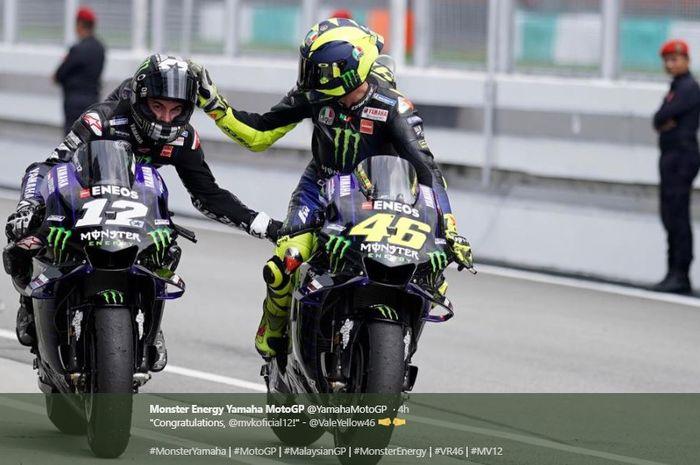 Momen Valentino Rossi (kanan) saat merayakan kemenangan Maverick Vinales (Kiri) pada MotoGP Malaysia 2019, Minggu (3/11/2019)
