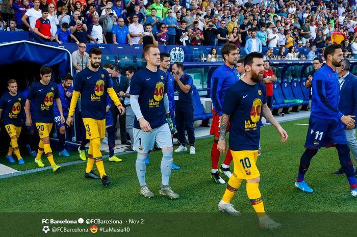 Megabintang Barcelona, Lionel Messi, memimpin rekan-rekannya memasuki lapangan.
