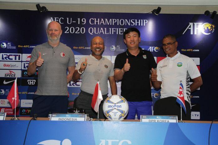 Pelatih timnas U-19 Indonesia, Fakhri Husaini (kedua dari kiri), berfoto bersama pelatih timnas U-19 Timor Leste, Korea Utara, dan Hongkong dalam konferensi pers jelang laga, Selasa (5/11/2019).