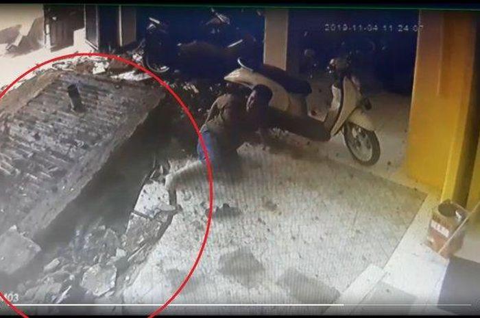 Tangkap layar video rekaman CCTV septic tank meledak.