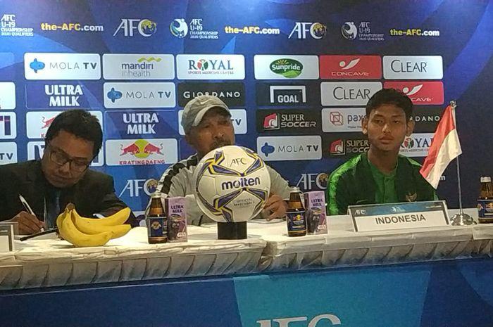 Pelatih dan pemain timnas U-19 Indonesia, Fakhri Husaini serta Muhammad Salman Alfarid.