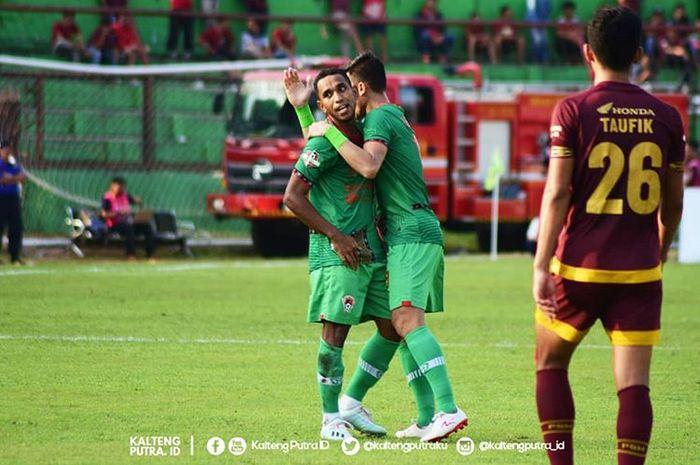 Gelandang Kalteng Putra, Pandi Lestaluhu, saat merayakan gol yang dicetaknya ke gawang PSM Makassar pada pekan ke-27 Liga 1 2019.