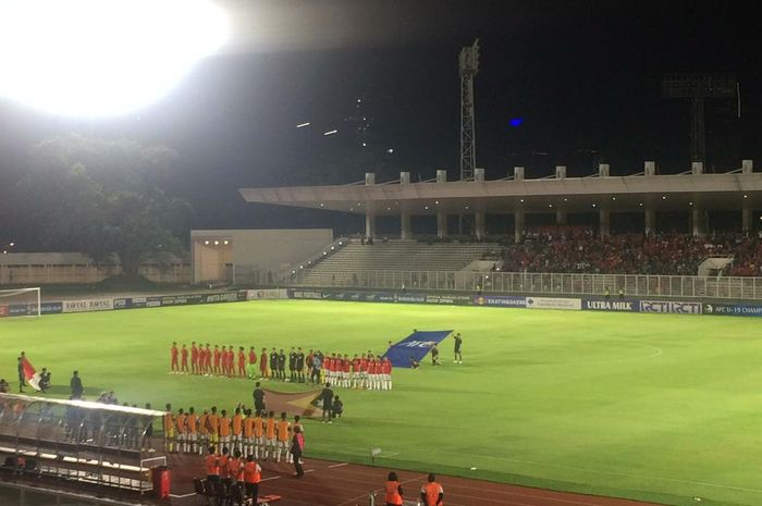 Para pemain timnas U-19 Indonesia dan timnas U-19 Timor Leste sebelum laga Kualifikasi Piala AFC U-19 2020 di Stadion Madya, Senayan, Rabu (6/11/2019).
