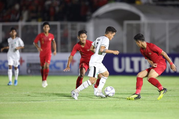 Penyerang timnas U-19 Timor Leste, Paulo Dominggo Freitas, mencoba melewati barisan pertahanan timnas U-19 Indonesia