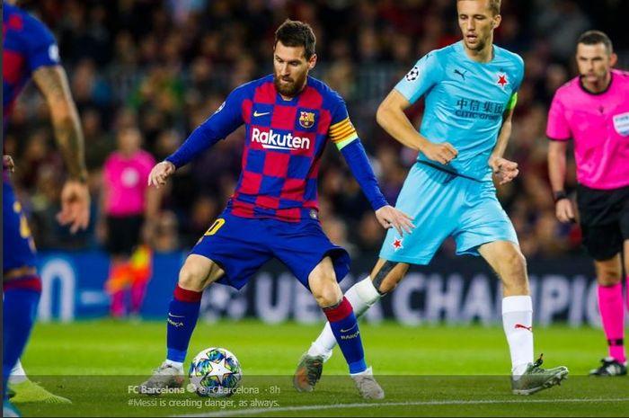 Kapten FC Barcelona, Lionel Messi, memegang kendali bola dalam laga Liga Champions melawan Slavia Praha di Stadion Camp Nou, 6 November 2019.