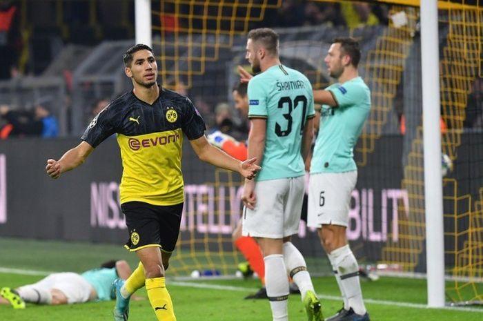 Selebrasi pemain Borussia Dortmund, Achraf Hakimi, usai membobol gawang Inter Milan dalam kemenangan timnya 3-2 di Stadion Signal Iduna Park dalam lanjutan matchday keempat Liga Champions 2019-2020.