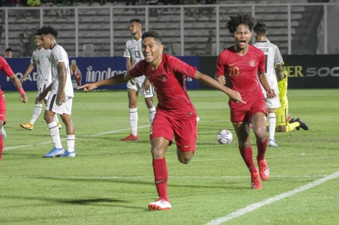 Fajar Fatur Rahman melakukan selebrasi usai mencetak gol untuk Timnas U-19 Indonesia saat menghadapi Timor Leste pada laga perdana Kualifikasi Piala Asia U-19 2020 di Stadion Madya, Jakarta, Rabu (6/11/2019) malam WIB.
