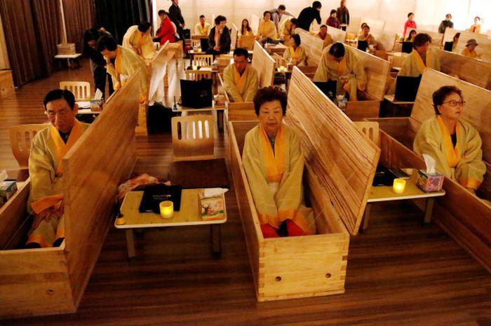 Warga Korea Selatan mengikuti prosesi pemakaman seolah-olah mereka telah meninggal.