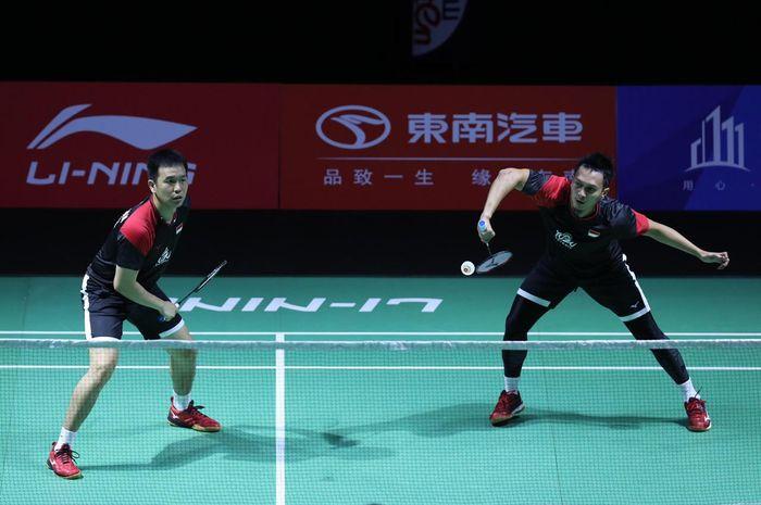 Pasangan ganda putra Indonesia, Mohammad Ahsan/Hendra Setiawan, saat bertanding melawan Ou Xuanyi/Zhang Nan (China) pada babak kedua Fuzhou China Open 2019.