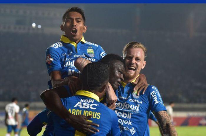 Para pemain Persib Bandung merayakan gol Ezechiel N'Douassel ke gawang PSIS Semarang.