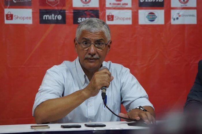 Pelatih Persija Jakarta, Edson Tavares memberikan keterangan pers seusai laga kontra tuan rumah Semen Padang di Stadion Haji Agus Salim, Kamis (7/11/2019).