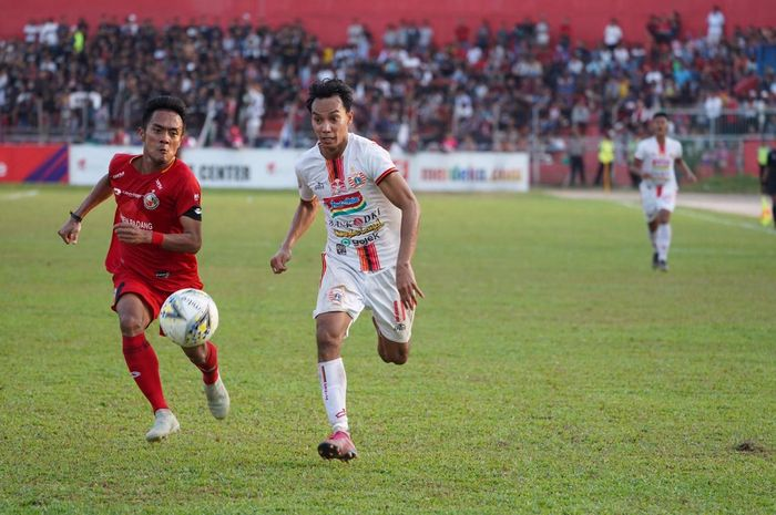 Pemain Persija Jakarta, Novri Setiawan (kanan) dikejar pemain Semen Padang, Dedi Hartono (kanan) di Stadion Haji Agus Salim, Kamis (7/11/2019).